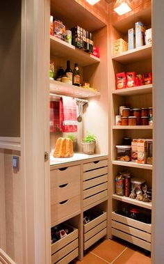 pantry in the coner idée cuisine rangement Kitchen Interior, Interior Design Living Room, Kitchen Decor, Pantry Closet, Pantry Storage, Closet Drawers, Kitchen Organisation, Home Organization, Küchen Design