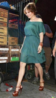 "Jennifer Lopez Photos - Jennifer Lopez looks adorable on set of her latest film ""The Back-Up Plan. - Jennifer Lopez on the set of ""The Back-Up Plan"" J Lo Fashion, Fashion Beauty, Womens Fashion, Dress Fashion, Fashion Shoes, Beyonce, Rihanna, Dress Skirt, Dress Up"
