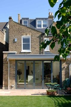 Open planned kitchen extension on victorian terrace house Orangerie Extension, Extension Veranda, Conservatory Extension, Glass Extension, Roof Extension, Extension Ideas, Victorian Terrace, Victorian Homes, Modern Architecture