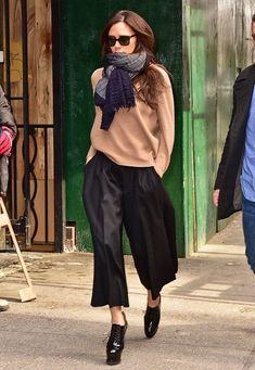 Fashion-Looks: Noch ist der Frühling nicht nach New York gekommen, und Victoria Beckham schützt sich beim Bummel durch Manhattan mit dickem Kuschelschal und weichem Woll-Pullover. Ob sie mit den hohen Lack-Plateau-Pumps allerdings lange Strecken laufen kann, ist fraglich.