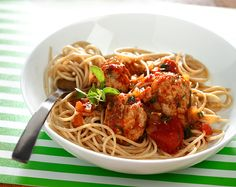 Turkey Meatballs in Tomato Sauce Soy Milk Nutrition, Grape Nutrition, Spinach Nutrition Facts, Pasta Nutrition, Nutrition Month, Spaghetti Tomato Sauce, Spaghetti And Meatballs, Whole Wheat Spaghetti, Whole Wheat Pasta