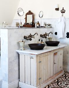 Rustic bathroom featuring marble tiles on the wall, a marble countertop on the aged wood vanity and black and white pattern ceramic floor tiles. - Modern Rustic Home Decor & Ideas Country Bathroom Decor, Vintage Bathroom, Wood Floor Bathroom, Bathroom Wall Decor, Shabby Chic Bathroom, Cottage Bathroom, Bathrooms Remodel, Beautiful Bathrooms, Bathroom Inspiration