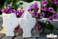 Cáliz individual blanco con detalles en forma de cruz, en bolsa. Diseño propio. http://www.galletea.com/galletas-decoradas/