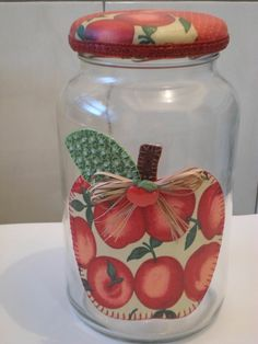 Pote de vidro patchwork em tecido                                                                                                                                                                                 Mais Mason Jar Crafts, Bottle Crafts, Mason Jars, Home Crafts, Diy And Crafts, Fruit Crafts, Old Bottles, Fruit Art, Bottle Art