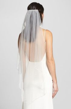 Are you a bride-to be? Are you wondering if you should wear a wedding veil? If yes, what kind of wedding veil are your best options? Petite Body Types, Petite Bride, Short Bride, Body Hugging Dress, Veil Length, Fingertip Veil, Short Veil, Prom Looks, Bride Look