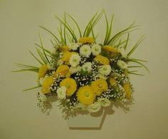 Vaso de parede em MDF branco, flores em dois tons de cores,musgos, folhagens. ótimo para alegrar sua varanda, lavabo quartos........... R$ 55,98