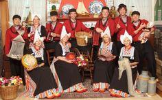Zuecos y gorro puntiagudo blanco, señas de identidad del traje tradicional holandés - http://www.absolutholanda.com/zuecos-y-gorro-puntiagudo-blanco-senas-de-identidad-del-traje-tradicional-holandes/