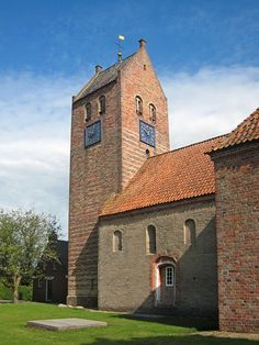 Deze Romaanse kerk uit ongeveer 1200 bestond oorspronkelijk uit een tufstenen schip en een halfronde absis. De toren is vermoedelijk iets later bijgebouwd. <br>In de 13e en 17e eeuw is de kerk verbouwd en uitgebreid. Bij een restauratie in de jaren '60 van de vorige eeuw is geprobeerd het Romaanse karakter van de kerk enigszins te herstellen.