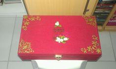 Caixa de tecido, com flores e chipboard