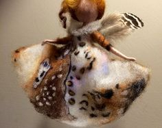 Ich nannte diese kleine magische Fee Firefly: sie hat helle rote Haare und weißes Kleid mit Blüten in Türkis Farben und hat die Form der Lampe. Verspielt und fliegen. Ist Sie eine rote Laterne in der Hand.  Die Höhe beträgt 14 cm.  Die Laterne besteht aus Messingdraht und eine Glocke mit hellen roten Perlen.   Danke