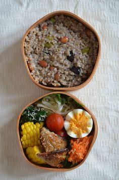 ・3色大豆×玄米ごはん ・﨑津のアジのみりん干し ・トウモロコシ ・コマツナとじゃこの炒めもの ・モヤシのナムル ・ゆでたまご ・ニンジンのみそあえ ・サラダ ・お味噌汁