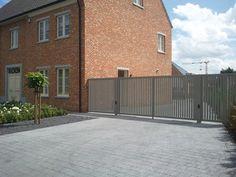 Al onze poorten zijn op maat gemaakt en kunnen in eender welk model gemaakt worden.  De poorten worden door ons eigen team uitgetekend, uitgewerkt en in onseigen atelier gemaakt. Zowel modern, klassiek, industrieel als landelijk