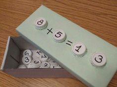 Pratique pour aprendre les math... Et ne coute que quelques recuperation sumes. en una caixa de sabates aprofitem la tapa de suport. taps de plàstic pels números