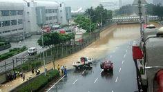 受到鋒面影響雷雨胞壓境襲北台,新竹以北地區從上午9時許陸續降下明顯雨勢,截至今(2)日14時許,台灣降雨最多的地方在桃園市大園區,累積173.5毫米的雨量,桃園市蘆竹區也有167毫米,新北市八里區、三芝區、淡水區、石門區等測站也都累積超過100毫米的雨量。鋒面南下強對流爆發,不斷往下風處擴散,帶來強烈降雨,氣象局針對台北市、新北市、基隆市和桃園市豪雨特報,新竹縣市也發布大雨特報。鋒面帶來的雨量驚人,根據氣象局…