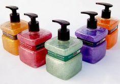 Como fazer sabonete líquido caseiro Cupcake Packaging, Cupcake Soap, Soap Packaging, Diy Scrub, Solid Perfume, Homemade Beauty Products, Home Made Soap, Natural Cosmetics, Bath Salts