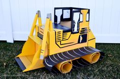 DIY Cardboard Box Bulldozer - for the construction party - Looks like a lot of work but very creative Cardboard Car, Cardboard Crafts, Cardboard Castle, Construction Birthday Parties, Construction Party, Diy Karton, Carton Diy, Valentine Day Boxes, Costumes