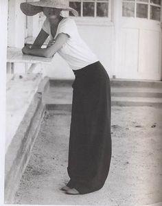 White top, black wide leg pants, panama hat