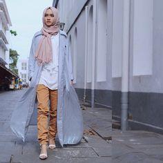 So in love with this style cardie/outer Dubai Fashion, Abaya Fashion, Muslim Fashion, Modest Fashion, Fashion Outfits, Hijab Hipster, Hijab Ideas, Fly Girls, Hijab Chic