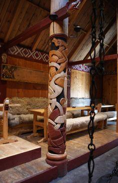 Love the design of the wall and the pillar Viking House, Viking Life, Viking Power, Viking Hall, Vikings, Medieval, Viking Culture, Long House, Inspired Homes