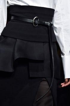 Donna Karan at New York Fashion Week Fall 2015 - Details Runway Photos Dark Fashion, White Fashion, Trendy Fashion, Fashion Outfits, Womens Fashion, Fashion Trends, Fashion Ideas, Dona Karan, Mode Costume