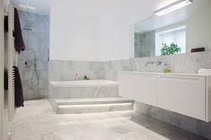 inbyggt badkar med trappa