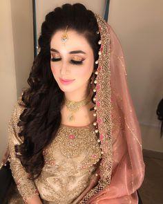 Hairstyles On Lehenga Curls . Hairstyles On Lehenga Pakistani Wedding Hairstyles, Lehenga Hairstyles, Bridal Hairstyle Indian Wedding, Indian Bridal Makeup, Bridal Makeup Looks, Short Wedding Hair, Pakistani Bridal Dresses, Wedding Hairstyles For Long Hair, Indian Hairstyles