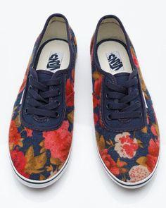 Is a flowers, orange,bois,blak details,vans