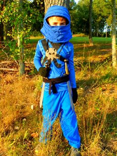 Looking for a Ninjago Jay (blue ninja) costume for your child? Read to find step-by-step directions with pictures for creating a homemade costume for Halloween or fun dress up play. Costume Halloween, Costume Batman, Ninja Costume Kids, Halloween Costumes Kids Homemade, Costume Garçon, Halloween Kids, Halloween 2017, Maleficent Costume, Halloween Couples