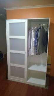 kvikne kleiderschrank mit 2 schiebet ren wei schiebet ren ikea kleiderschr nke und ikea. Black Bedroom Furniture Sets. Home Design Ideas