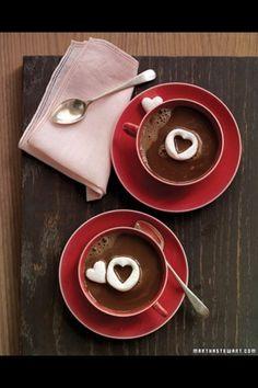 Chocolate caliente para el alma de los enamorados <3 Los mini corazones pueden ser galletitas