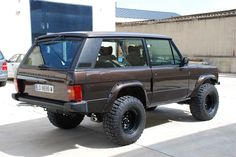 A beautiful custom spray and fender flares on a Range Rover Classic