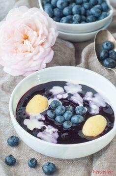 Schwedische Blaubeersuppe mit kleinen Sahnewölkchen | Sommer Nachtisch aus Schweden mit Blaubeeren