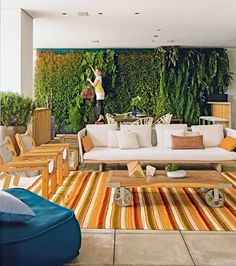 Varanda-jardim-vertical-mesa-vasos-tapete-mesa-de-centro-Sofa-pufe-almofadas-cadeiras (Foto: Edu Castello/Editora Globo)