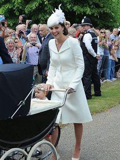 Zur Taufe der kleinen Prinzessin Charlotte strahlt...