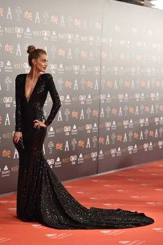 Premios Goya 2017: Amaia Salamanca con un diseño negro de lentejuelas con cola de Pronovias.