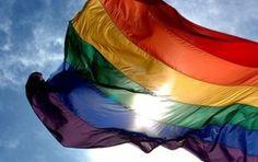 TLAPA / 30 de julio.  Agencia Irza  * Integrantes de la comunidad gay protestaron frente al ayuntamiento Tlapa para exigir la destitución del director de la Policía Municipal y de cinco elementos de esta corporación a quienes acusan de homofobia.