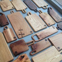 A few new boards. Some of these we will probably take to and . Some boards have lots of character Lots of work to do… 新しいボードを作りました。 と Wood Chopping Board, Wood Cutting Boards, Woodworking Inspiration, Woodworking Projects, Wooden Cheese Board, Kitchen Board, Small Wood Projects, Wood Design, Wood Crafts