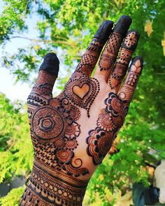 One of the most popular places to have henna is on the hands. So, today we are bringing you 21 amazing henna hand designs that are a work of art! Mehndi Designs Front Hand, Latest Arabic Mehndi Designs, Mehndi Designs For Girls, Arabic Henna Designs, Mehndi Designs 2018, Modern Mehndi Designs, Dulhan Mehndi Designs, Mehndi Design Photos, Wedding Mehndi Designs