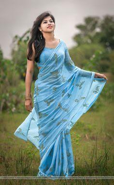 Improve How You Look With These Great Fashion Tips Chiffon Saree, Silk Chiffon, Cotton Saree, Beautiful Saree, Beautiful Indian Actress, Jute, Saree Poses, Saree Photoshoot, Casual Saree