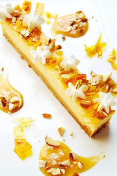 Honey caramel cheesecake with crispy meringues and almonds.