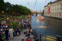 BERLIN, Strandbar an der Monbijoubrücke gegenüber dem Bodemuseum an der Museumsinsel