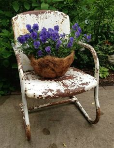Rusty garden chair and basket of violas. (The Vintage Garden) Old Chairs, Metal Chairs, Rustic Gardens, Outdoor Gardens, Chair Planter, Ideas Prácticas, Garden Junk, Garden Chairs, Garden Seat