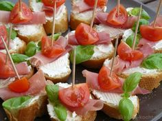 Tapas - Tomato and Parma ham slices - Katha cooks! Party Finger Foods, Snacks Für Party, Appetizers For Party, Appetizer Recipes, Toothpick Appetizers, Tapas Party, Pizza Recipes, Clean Eating Snacks, Healthy Snacks