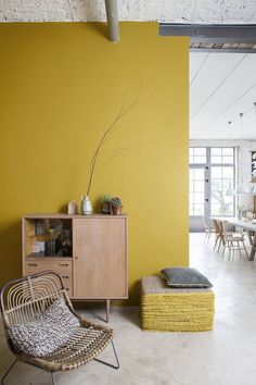 Whether you live in a large or a small space, colors are ideal for lighting up a room. It is precisely these that punctuate your decoration and your interior. To stylize a room, you opt for one or more colored walls. Room Colors, House Colors, Wall Colours, Mustard Yellow Walls, Yellow Sofa, Sweet Home, Yellow Interior, Interior Wall Colors, Home And Deco