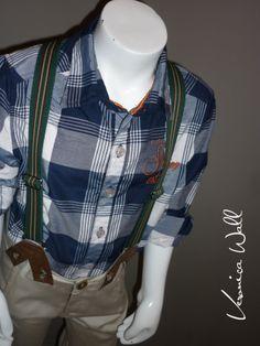 camisa azul cuadrada manga larga con bordado en pecho y contrastes en cuello, pantalón beige con tirantes en viníl y elástico rallado
