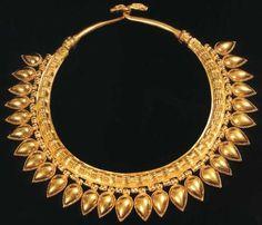 Collier trouvé dans les tombes royales à Nimrud