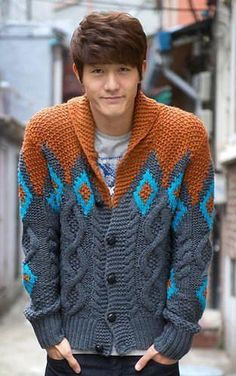 Mens hand knit wool cardigan – KnitWearMasters You can knit incredibly beautiful baby and adult braids with the model that does not pass through the air. Find out about this stylish model now! Knit Jacket, Sweater Jacket, Sweater Cardigan, Men Sweater, Gray Cardigan, Sweater Fashion, Hand Knitting, Knitting Patterns, Mantel