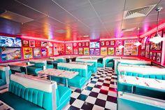 Tommy's Diner, an American vintage restaurant in France. Bar Vintage, Bar Retro, Vintage Diner, Retro Cafe, Vintage Industrial, Industrial Design, Restaurant Vintage, Cafe Restaurant, Restaurant Design