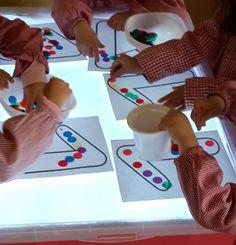 Podemos utilizar la mesa de luiz para trabajar la direccionalidad de números y letras. Se imprimen las plantillas y con fichas traslúcidas ... Reggio Emilia, Preschool Prep, Light Board, Kids Learning Activities, Learning Through Play, Sensory Play, Light Table, Education, 5 Years