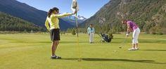 Wilt u genieten van een heerlijke golfvakantie in Saas-Fee? Dat kan! Het  gezellige dorpje Saas-Fee ligt in de Saasvallei in het zuiden van Zwitserland,  bij de grens van Italïë. De Saasvallei staat bekend om haar aangename klimaat  en de prachtige en kleurrijke natuur. Toeristen genieten van maar liefst 300  zonnige dagen per jaar!  Gelegen in een uitzonderlijke omgeving, bieden de drie aanwezige golfbanen een heerlijke dag spelen voor iedere golfer.